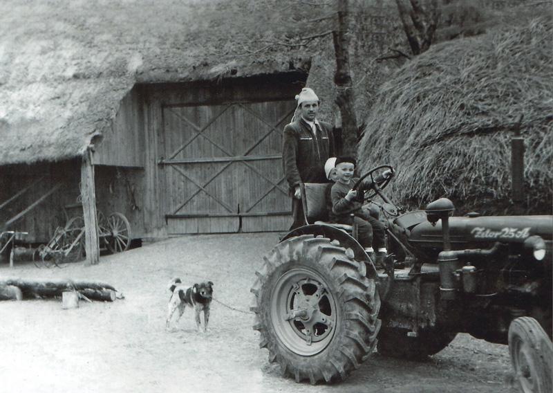 Zdjęcie przedstawia jeden z pierwszych ciągników Zetor 25A kupionych we wsi Babin